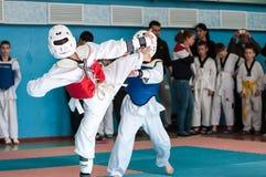 奥伦堡,俄罗斯- 23 04 2016年:在男孩中的跆拳道竞争 免版税图库摄影