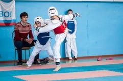 奥伦堡,俄罗斯- 23 04 2016年:在男孩中的跆拳道竞争 库存图片