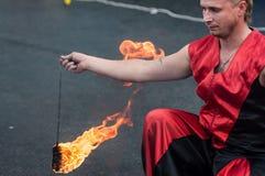 奥伦堡,俄罗斯- 25 07 2014年:玩杂耍的灼烧的火炬 库存照片