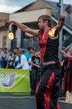 奥伦堡,俄罗斯- 25 07 2014年:玩杂耍的灼烧的火炬 图库摄影