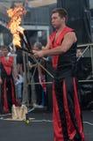 奥伦堡,俄罗斯- 25 07 2014年:玩杂耍的灼烧的火炬 免版税图库摄影