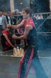 奥伦堡,俄罗斯- 25 07 2014年:玩杂耍的灼烧的火炬 库存图片