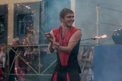 奥伦堡,俄罗斯- 25 07 2014年:玩杂耍的灼烧的火炬 免版税库存照片
