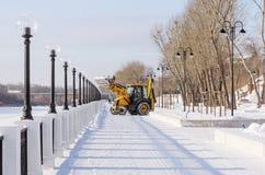奥伦堡 在堤防的积雪的清除 免版税图库摄影