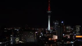 奥克兰与天空塔的金融中心地平线CBD摇摄视图在晚上 股票录像