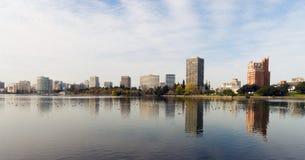 奥克兰加利福尼亚下午街市城市Skyline湖梅里特 免版税库存图片