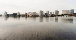 奥克兰加利福尼亚下午街市城市Skyline湖梅里特 免版税库存照片