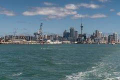 奥克兰商业港口和城市地平线  免版税库存图片