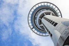 奥克兰塔,新西兰,从底部, 7的看法 2011个美国人拟订看板卡特写镜头赊帐负债转淡经济专业万事达卡11月签证 库存照片
