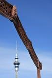 奥克兰天空塔和毛利人门 免版税库存照片