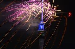 奥克兰天空塔庆祝2016个新年的烟花显示 库存图片