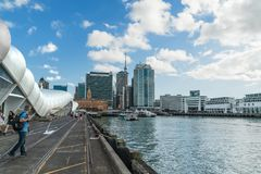 奥克兰巡航港终端和城市地平线,新西兰的北岛 库存照片