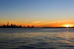 奥克兰市剪影黄昏的 图库摄影