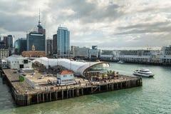 奥克兰市新西兰 女王/王后码头和城市地平线 免版税库存图片
