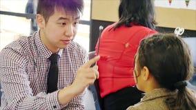 奥克兰新西兰3月2016眼镜师第11检查小学生的眼睛视域在小学 股票录像