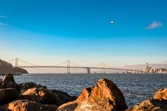 奥克兰海湾桥梁的西部间距在日出的 图库摄影