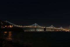奥克兰海湾桥梁的西部间距在晚上 免版税库存照片