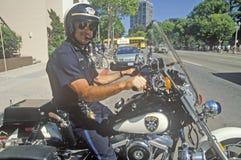 奥克兰警察在他的摩托车摆在奥克兰,加利福尼亚 库存图片