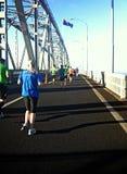 奥克兰马拉松运动员港口桥梁 免版税库存图片
