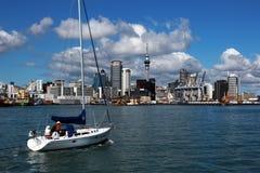 奥克兰,城市的看法从水的在与积云的一个明亮的晴天在天空 新西兰 免版税库存图片