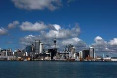 奥克兰,城市的看法从水的在与积云的一个明亮的晴天在天空 新西兰 库存图片
