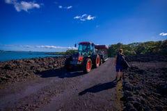 奥克兰,新的西兰12日2017年:一次旅行的未认出的人在一条岩石路的一辆卡车在火山里面 免版税库存照片