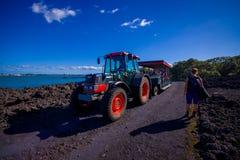 奥克兰,新的西兰12日2017年:一次旅行的未认出的人在一条岩石路的一辆卡车在火山里面 免版税库存图片