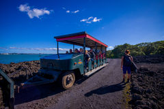 奥克兰,新的西兰12日2017年:一次旅行的未认出的人在一条岩石路的一辆卡车在火山里面 库存照片