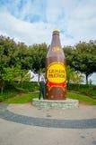 奥克兰,新的西兰16日2017年:摆在柠檬和paeroa巨型瓶雕塑旁边的一个未认出的人,新 免版税库存图片