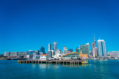 奥克兰,新的西兰12日2017年:最大和最人口众多的市区的美丽的景色在有码头的奥克兰 库存图片