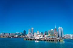 奥克兰,新的西兰12日2017年:最大和最人口众多的市区的美丽的景色在有码头的奥克兰 免版税图库摄影
