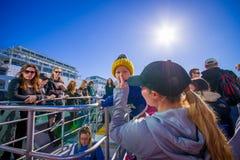 奥克兰,新的西兰12日2017年:看奥克兰江边地平线,奥克兰的巡航的未认出的人是 免版税库存照片