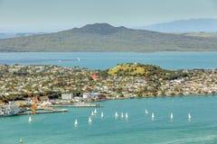 奥克兰,新的西兰2013年12月12日 与sai的海景视图 免版税图库摄影