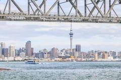 奥克兰,新的西兰2013年12月10日 奥克兰市和天空 免版税库存照片