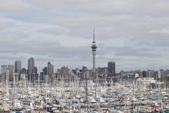 奥克兰,新的西兰2013年12月10日 奥克兰市和天空 库存图片