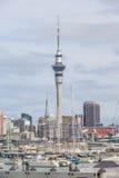 奥克兰,新的西兰2013年12月10日 奥克兰市和天空 库存照片