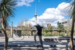 奥克兰,新西兰, NZ - 2017年9月20日-男性青年skat 免版税库存图片
