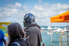 奥克兰,新西兰- 2018年4月07日:观众和竞争者在Murrays海湾码头Birdman节日 库存照片