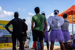奥克兰,新西兰- 2018年4月07日:观众和竞争者在Murrays海湾码头Birdman节日 图库摄影
