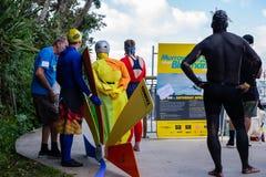 奥克兰,新西兰- 2018年4月07日:观众和竞争者在Murrays海湾码头Birdman节日 库存图片
