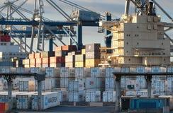 奥克兰,新西兰- 4月17日:轮式起重机和堆容器 免版税库存图片