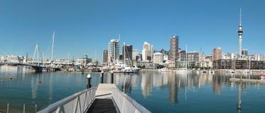 奥克兰,新西兰- 6月14 :奥克兰地平线 从口岸的看法与大厦、天空塔和小船 库存图片
