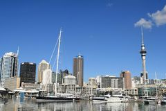奥克兰,新西兰- 6月14 :奥克兰地平线 从口岸的看法在奥克兰,有大厦、天空塔和小船的 图库摄影
