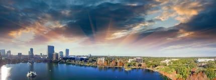 奥兰多鸟瞰图、地平线和湖在黄昏的Eola 库存图片