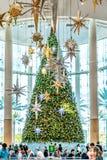 奥兰多,佛罗里达,美国- 2018年12月:在购物中心的五颜六色的圣诞树装饰千年 库存照片