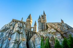 奥兰多,佛罗里达,美国- 2017年12月:Hogwarts城堡和哈利・波特Hogsmeade,哈利・波特Wizarding世界,海岛的 免版税图库摄影