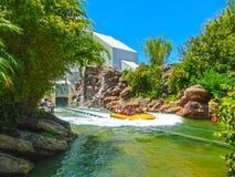 奥兰多,佛罗里达,美国- 2018年5月09日:侏罗纪公园河冒险在普遍性海岛侏罗纪公园地区  免版税库存照片