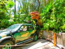 奥兰多,佛罗里达- 2018年5月09日:侏罗纪公园恐龙和吉普在冒险主题乐园环球影业海岛  免版税库存照片