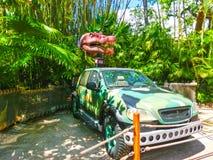 奥兰多,佛罗里达- 2018年5月09日:侏罗纪公园恐龙和吉普在冒险主题乐园环球影业海岛  库存照片
