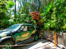 奥兰多,佛罗里达- 2018年5月09日:侏罗纪公园恐龙和吉普在冒险主题乐园环球影业海岛  库存图片